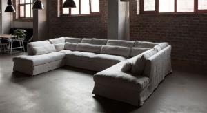 Wygodna sofa w lnianym obiciu może zapewnić komfort zbliżony do odpoczynku nałonienatury.