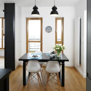 Duży stół może być miejscem nie tylko rodzinnych spotkań, ale też pracy. Proj. wnętrza Monika i Adam Bronikowscy, Hola Design. Fot. Bartosz Jarosz.