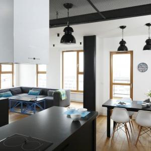Szara barwa mebli i dodatków kontrastuje z bielą ścian. Proj. wnętrza Monika i Adam Bronikowscy, Hola Design. Fot. Bartosz Jarosz.