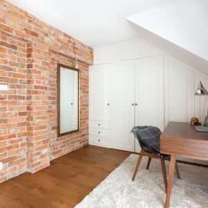 Przytulny klimat wnętrza współtworzą odkryta cegła, piękne dębowe podłogi marki Nobifloor z kolekcji Standard.