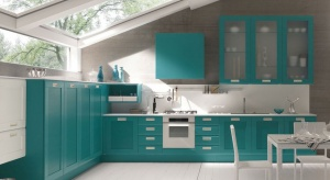 Kuchnia w kolorze to niezwykle efektowne rozwiązanie. Polecane zwłaszcza do kuchni otwartych na salon. Doskonale bowiem sprawdza się w funkcji reprezentacyjnej, stając się biżuteryjnym akcentem całej strefy dziennej.