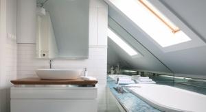Łazienki w domach często urządzane są na poddaszach. Architekt radzi jak to zrobić, aby w pełni wykorzystać przestrzeń pod skosami.