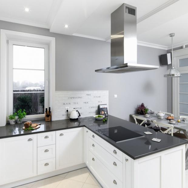 Projekt białej kuchni w klasycznym stylu