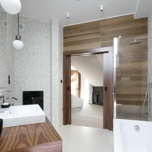 Prysznic w narożniku ustawiono w jednej linii z wanną dobrze wykorzystując miejsce w łazience. Projekt: Jan Sikora. Fot. Bartosz Jarosz