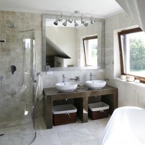 Półokrągła kabina prysznicowa w narożniku to dobre rozwiązanie do małej łazienki. Projekt: Beata Ignasik. Fot. Bartosz Jarosz