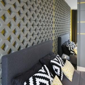 Tuż nad łóżkiem na centralnej ścianie umieszczone zostały ażurowe płyty betonowe. Proj. wnętrza Monika i Adam Bronikowscy, Hola Design. Fot. Bartosz Jarosz.