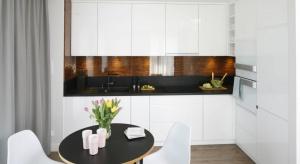 Fornir z drzewa egzotycznego na kuchennej ścianie to ciekaw rozwiązanie. Zobacz kuchnię projektu arch. Małgorzaty Galewskiej z pracowni Epoca.