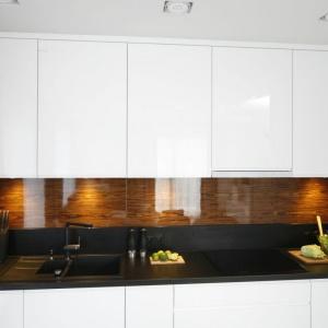 Fornit z egzotycznego drewna  na kuchennej ścianie to nowoczesne rozwiązanie. Proj. Małgorzata Galewska. Fot. Bartosz Jarosz