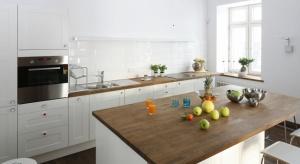 W kuchniach otwartych często więc odchodzi się od klasycznych szafek górnych na rzecz różnorodnych wariacji stylistycznych, w tym zabudowy kuchennej całkowicie ich pozbawionej.