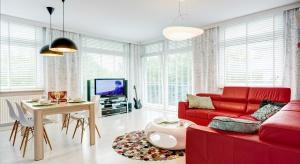 Czerwony narożnik stanowi efektowny akcent kolorystyczny w przestrzeni dziennej. Zobaczcie salon, który nie boi się kolorów!