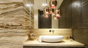 Łazienka, bardziej niż jakiekolwiek inne pomieszczenie w domu, potrzebuje odpowiedniego oświetlenia sztucznego. Często bowiem w łazienkach nie ma okien bądź też są one niewielkie, dyskretne, tak aby zapewniały intymność domownikom.