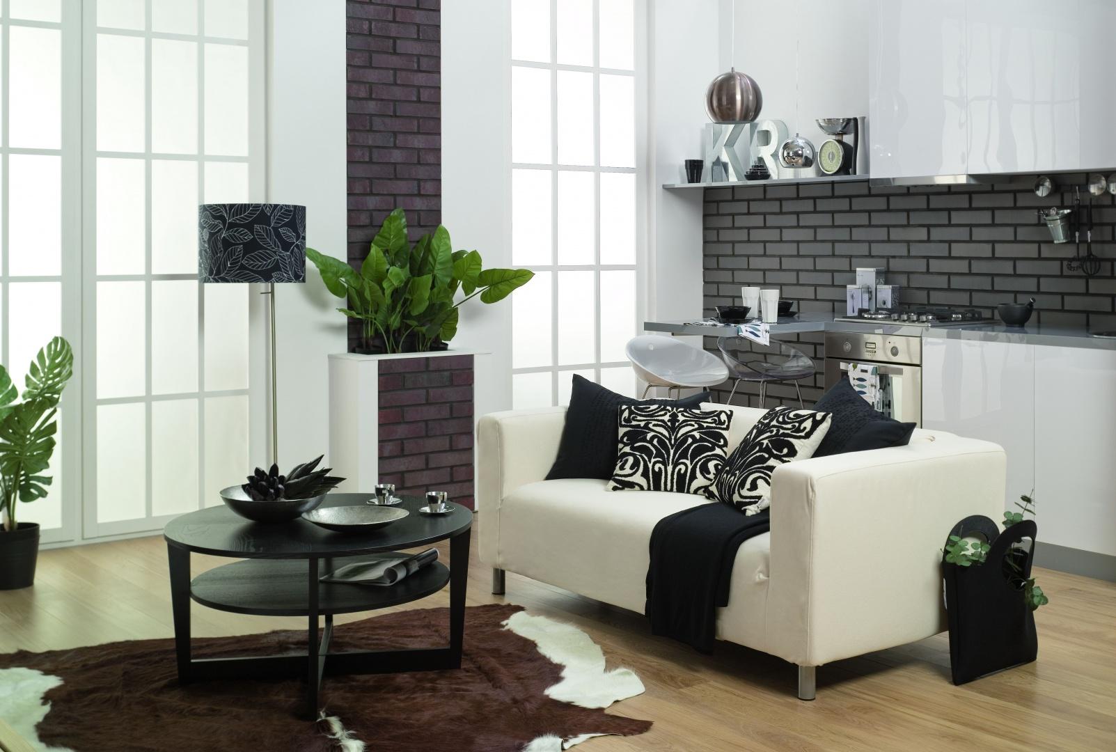 Szara cegłą klinkierowa Syriusz cieniowany w salonie. Fot. CRH Klinkier