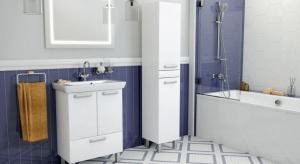 Nawet gdy metraż łazienki jest mały, nie należy rezygnować z przynajmniej jednej szafki. To bowiem wygodne miejsce na kosmetyki i środki czystości.