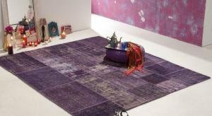 Oryginalny dywan przełamuje monotonię płaszczyzny wykończonej kamieniem naturalnym czy drewnem, może pomóc w wyodrębnieniu stref w przestronnym pomieszczeniu, ociepla wizualnie wnętrze, a na dodatek jest miły w dotyku!