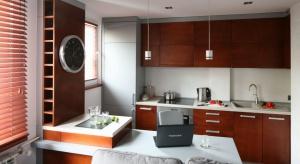 Szukasz pomysłu na małą kuchnię?Zobacz aranżacje z drewnem w roli głównej.