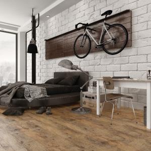Podłoga w salonie - panele w modnym kolorze bursztynu