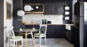 Koronkowa ściana nad kuchennym blatem będzie świetnie współgrała zgładkimi frontami szafek, nadając aranżacji elegancji i stylu.