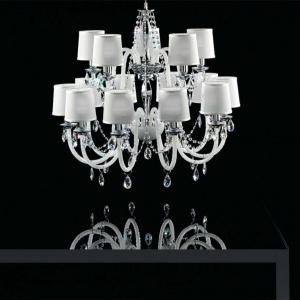 Piętnastoramienny żyrandol marki Italamp wykonany  z białego szkła i bezbarwnych kryształków. Fot. Heban