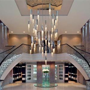 Deszcz światła, czyli żyrandol Sexy Crystals marki Ilfari. Z sufitu spływają wąskie oprawy zakończone kryształkami, przypominającymi kropelki. Fot. Heban