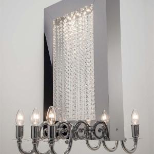 Lampa Reason to Believe marki Ilfari. Kryształki Swarovskiego oraz fantazyjnie wygięte ramiona nawiązują do klasycznych żyrandoli. Oprawa mierzy 71 cm wysokości. Fot. Heban