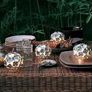 Lampki stołowe Ortensia marki Terzani.  Oprawy wykonano z maleńkich metalowych,  niklowanych elementów, przypominających  czterolistną koniczynę. Fot. Heban