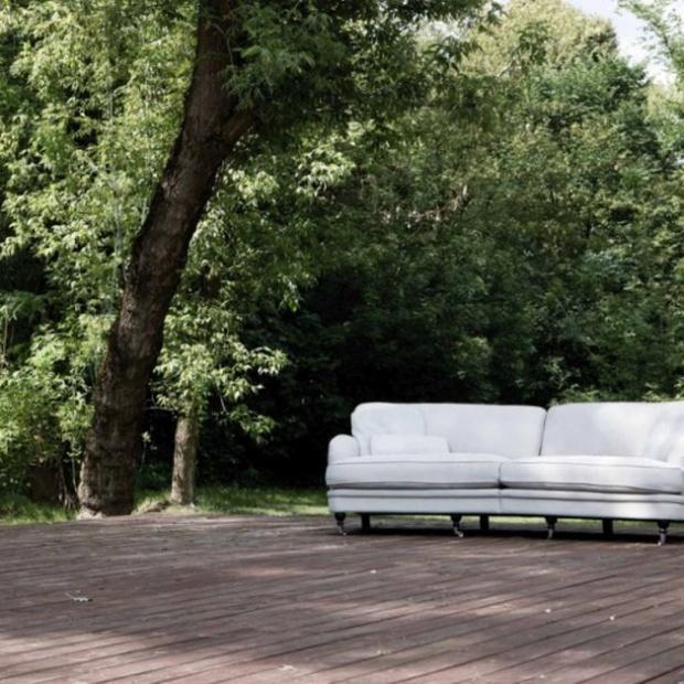 Meble do salonu: nowe sofy i fotele na kółkach