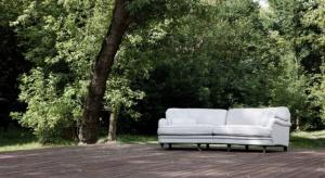 Nowy model sofy i fotela Ollezaskakuje różnorodnością form. Zdecydowanie wyróżniają go niebanalne przednie nóżki oparte na małych, metalowych kółkach.