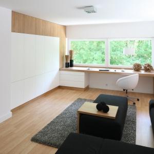 Na piętrze domu urządzono gabinet, w którym można także odpocząć. Projekt: Małgorzata Błaszczak. Fot. Bartosz Jarosz