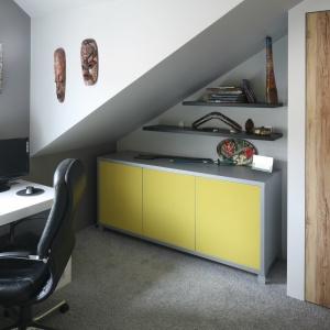 Niewielki gabinet urządzono w pomieszczeniu pod skosem dachowym. Projekt: Chantal Springer. Fot. Bartosz Jarosz
