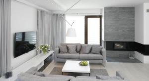 Modny salon jest nie tylko urządzony zgodnie z aktualnymi trendami, ale także przytulnie i komfortowo, aby dobrze czuli się w nim domownicy jak i goście.