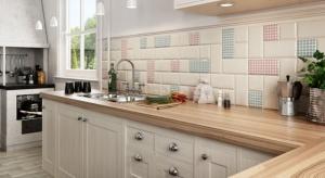 Płytki ceramiczne to idealny materiał na wykończenie podłogi i ścian w kuchni. Nasz ekspert podpowiada jaką wielkość płytek wybrać.