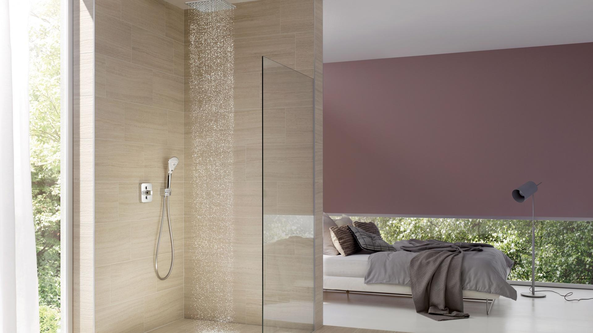 Moda na małe łazienki owocuje niestandardowymi rozwiązaniami. Co powiecie na prysznic, który jest integralną częścią sypialni? Fot. Kludi