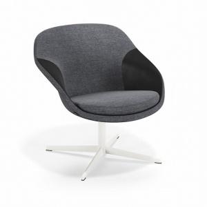 Pax to wygodny i elegancki fotel. Został zaprojektowany z myślą o pomieszczeniach, w których liczy się każdy metr kwadratowy przestrzeni, dlatego powierzchnia, którą zajmuje, jest tak mała, jak to tylko możliwe. Fot. Kinnarps.