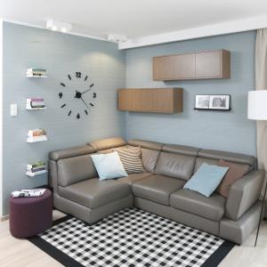 Dywan z graficznym wzorem w salonie inspirowanym modernizmem. Projekt: Joanna Morkowska-Saj. Fot. Bartosz Jarosz