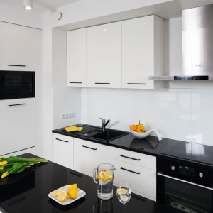 Zobacz białą kuchnię w bloku