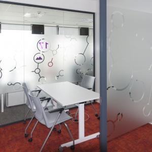 Nowy system identyfikacji wizualnej w biurze  AstraZeneca: zobacz projekt Advertis