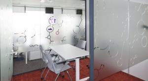"""Firma farmaceutycznaNowy syste Pharma Poland Sp. z o.o. zajmuje trzy piętra w biurowcu """"Postępu 14"""" na warszawskim Mokotowie. Ważnym elementem aranżacji siedziby o tak dużej powierzchni był czytelny system informacji wizualnej. Projekt i wykonan"""
