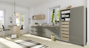 Coraz częściej szuflady chowamy za drzwiami szafy: w kuchni, garderobie, przedpokoju czy łazience. Ale to, że szuflady są ukryte za frontem przesuwnym nie oznacza, że nie powinny być piękne, eleganckie i wytrzymałe.