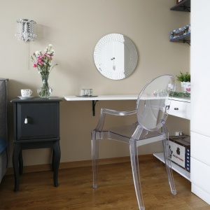 W sypialni stylizowaną formą kusi do skorzystania ze swojego siedziska przezroczyste krzesło Kartell Ghost.
