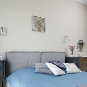 Toaletce w sypialni towarzyszy przeźroczyste krzesło Kartell Ghost – takie samo, jak krzesła przy stole jadalnianym. Powtarzalność elementów podkreśla spójność aranżacyjną mieszkania.