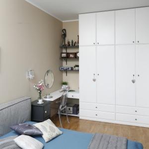 Klasyczne formy w sypialni to także delikatne frezowania, które dostrzeżemy na frontach szafy.