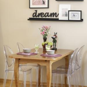 Nie ma tutaj wyraźnej granicy pomiędzy poszczególnymi strefami, a elementem symbolicznie wyznaczającym odrębność salonu od kuchni jest niewielki stół jadalniany.