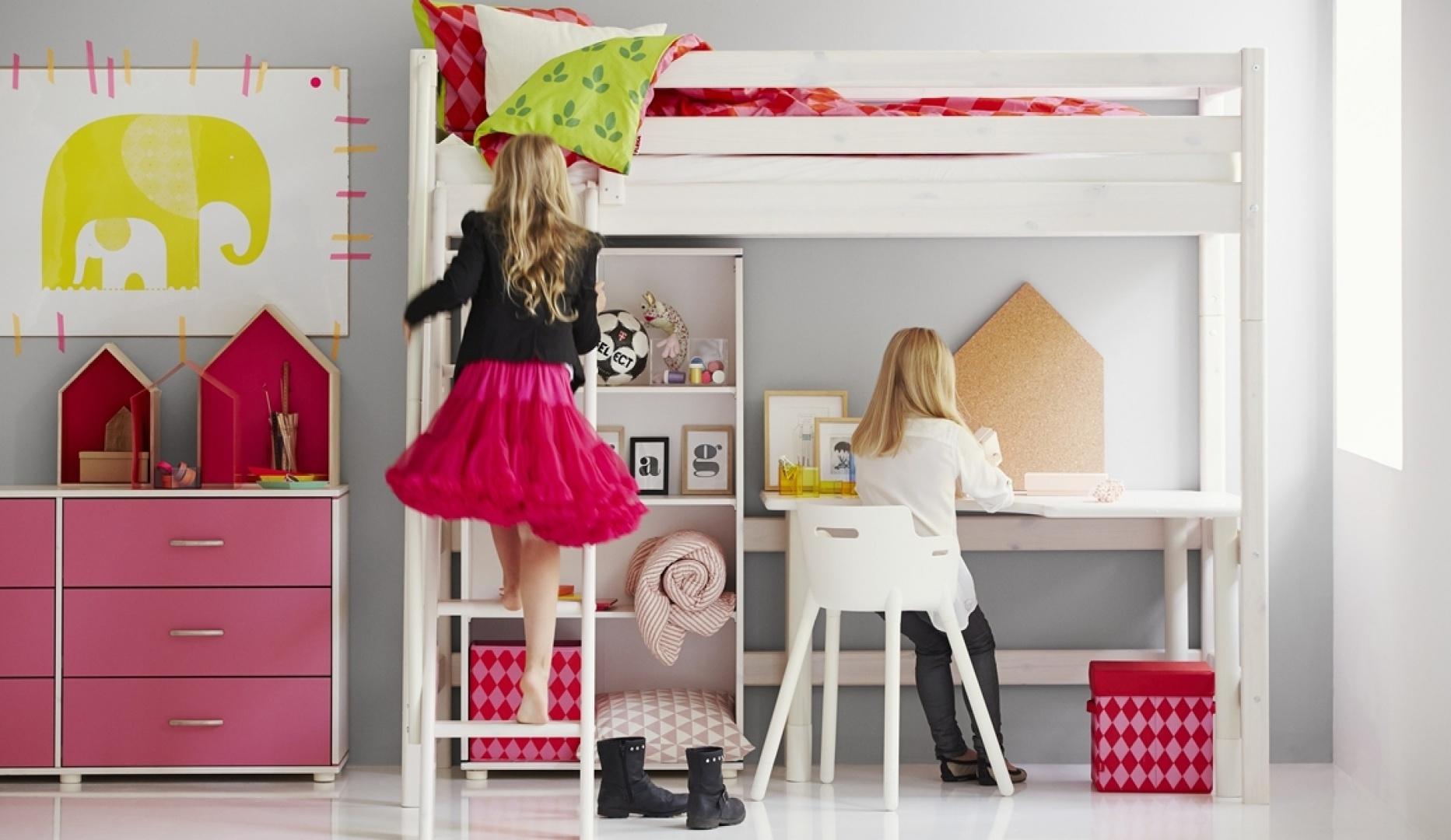 Narożne biurko z regulowana wysokością blatu od 65 do 75cm. Fot. Flexa.