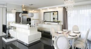 Kuchnia w stylu glamour musi zachwycać. Stąd idealnie sprawdzą się tu biele i czerń – oczywiście w wersji na wysoki połysk.