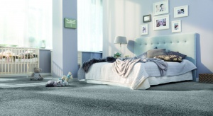 """Miękka i puszysta wykładzina dywanowa idealnie """"udomowi"""" wnętrze i sprawi, że z przyjemnością będziemy poruszać się po nim boso."""