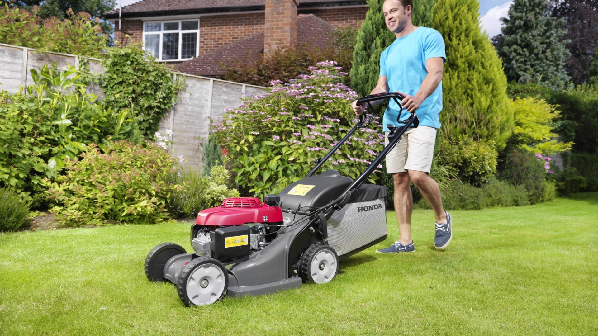 Sierpniowe koszenie trawnika to konieczność. Na zdjęciu kosiarka Honda HRX 426. Fot Honda