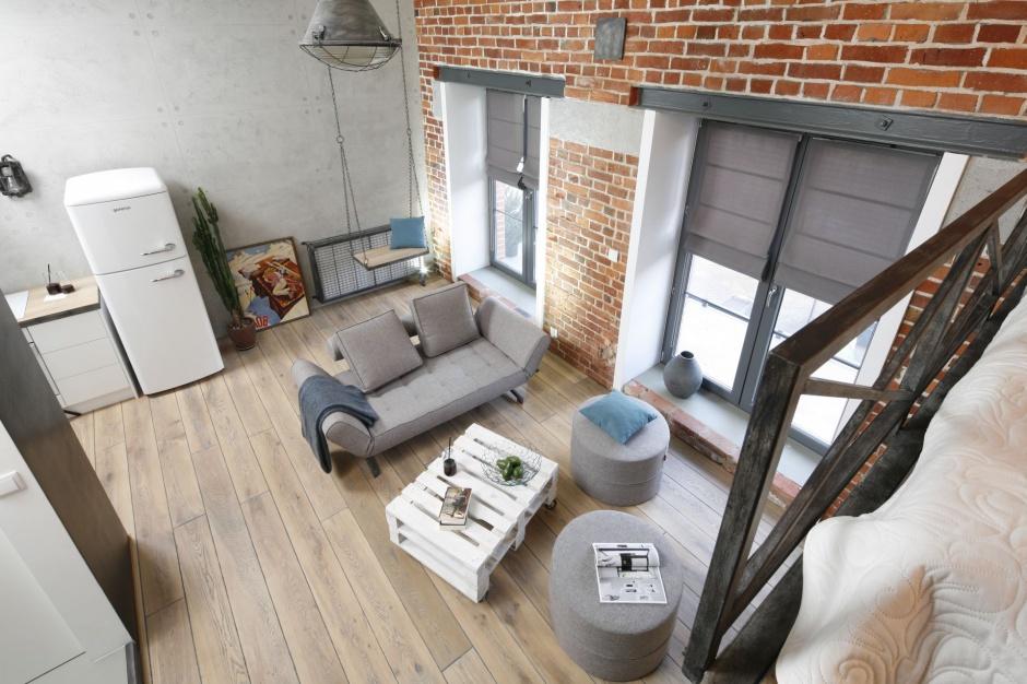 Otwarta przestrzeń sprawiła, że w niewielkim mieszkaniu typu studio można czuć się naprawdę swobodnie. Projekt: arch. Małgorzata Chabzda, MchConcept dla Nowej Papierni we Wrocławiu. Fot. Bartosz Jarosz.