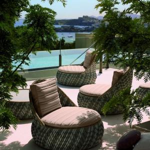 Forma oraz sposób wykonania fotela DALA zainspirowana została siedziskami wykonywanymi przez rzemieślników z krajów Azji. Dedon