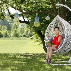 Na zdjęciu: fotel wiszący Cocoon (1.990zł), lampiony bambusowe Sunny iSummer (129, 179 i199 zł) zoferty House&More. Fot. Bartosz Jarosz.