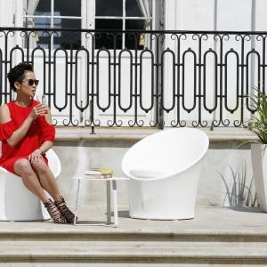 Na zdjęciu: fotele wypoczynkowe istolik kawowy Lisbon Round (2.295 zł/zestaw), donica ceramiczna (499zł), trawa pionowa Fresh (599zł) zoferty House&More. Fot. Bartosz Jarosz.